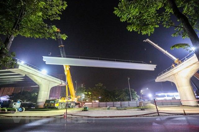 Hà Nội: Công nhân trắng đêm lao dầm xây cầu cạn vành đai 3 - 7