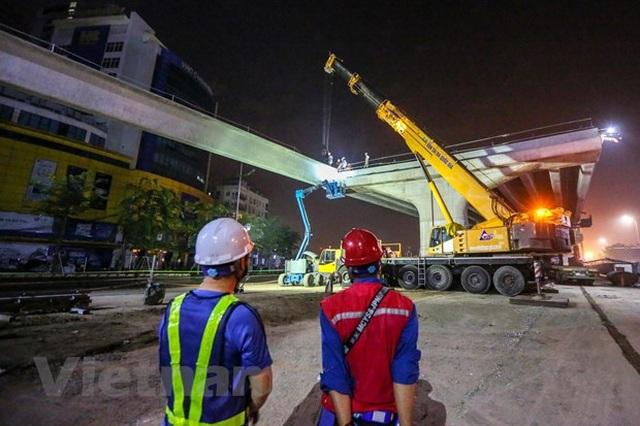 Hà Nội: Công nhân trắng đêm lao dầm xây cầu cạn vành đai 3 - 8