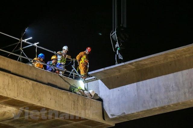 Hà Nội: Công nhân trắng đêm lao dầm xây cầu cạn vành đai 3 - 9
