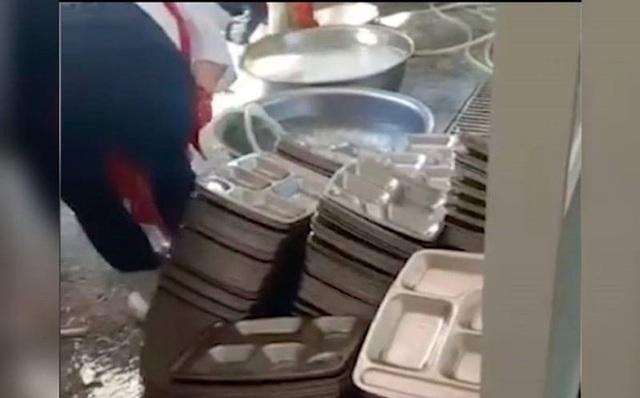 Hiệu trưởng bị cách chức vì trường rửa bát bằng bột giặt - 1