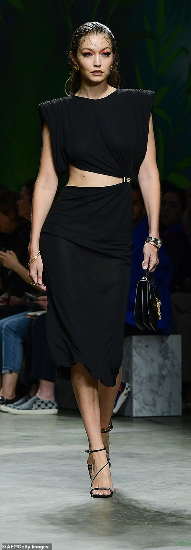 Irina Shayk quyến rũ với váy ngắn - 16