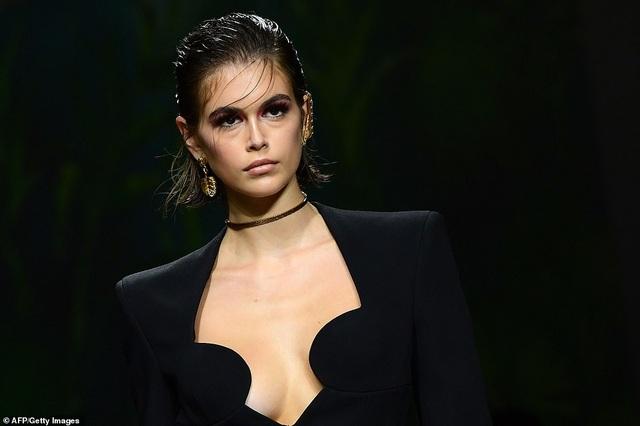 Irina Shayk quyến rũ với váy ngắn - 11