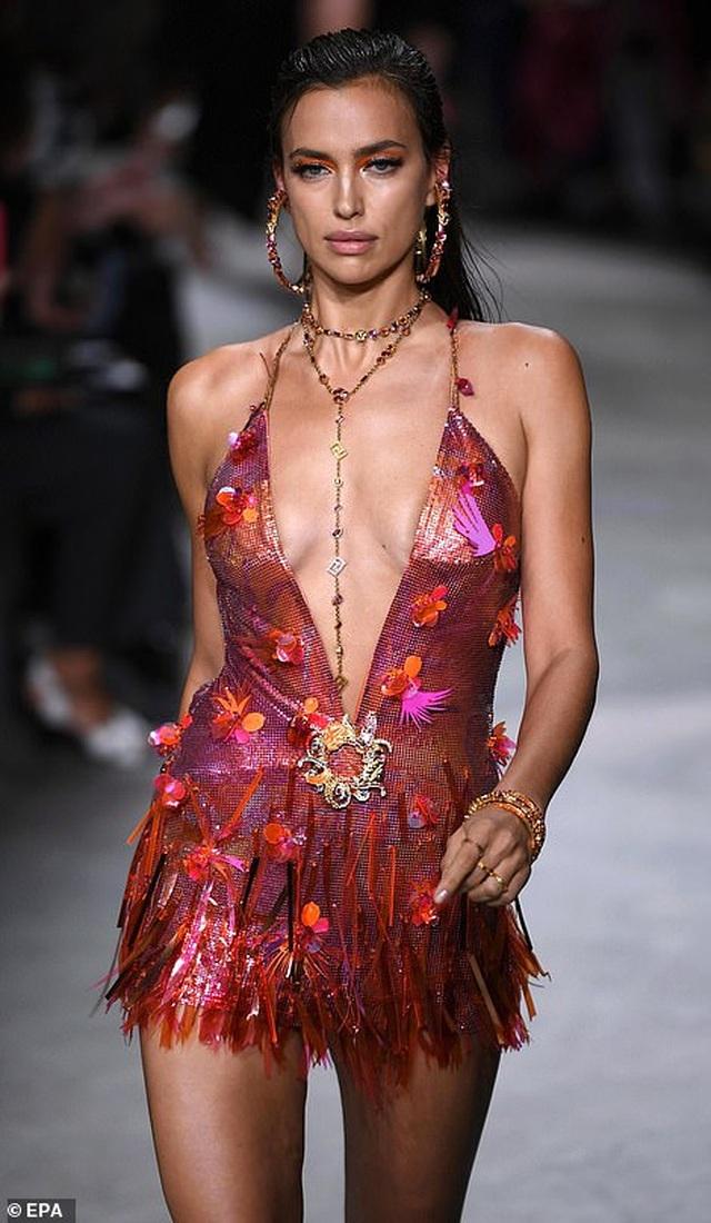 Irina Shayk quyến rũ với váy ngắn - 7