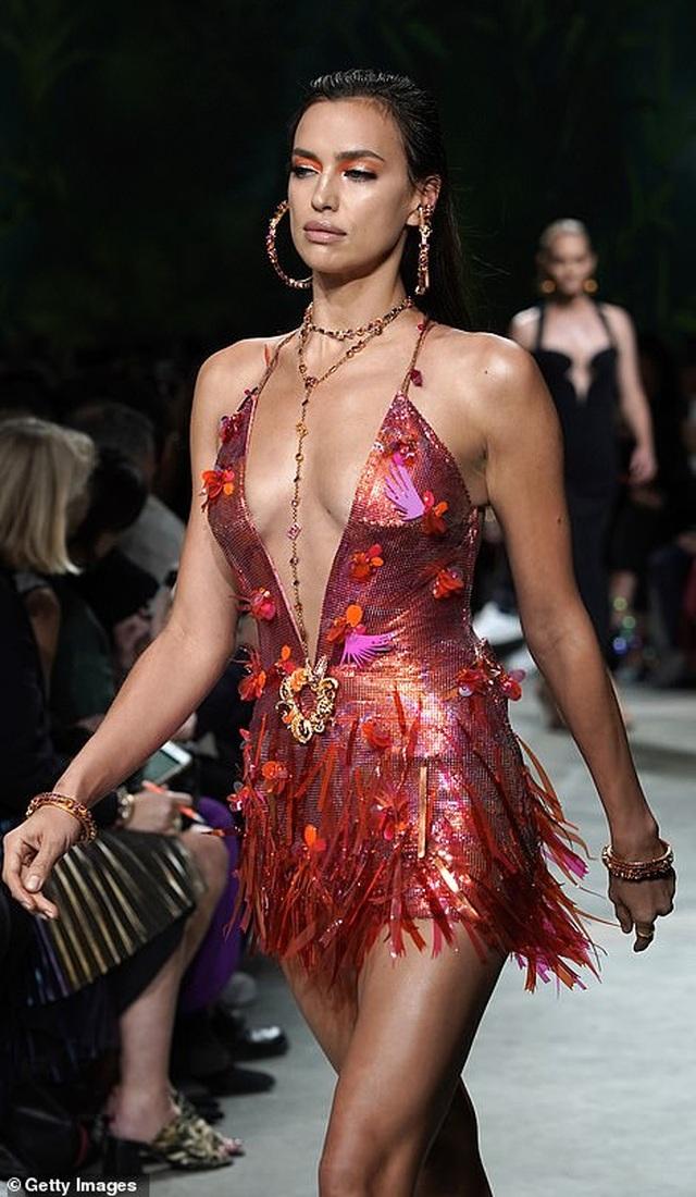 Irina Shayk quyến rũ với váy ngắn - 5