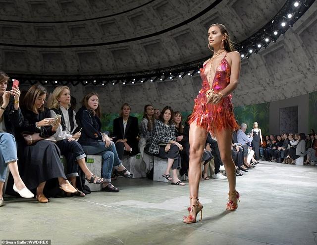 Irina Shayk quyến rũ với váy ngắn - 4