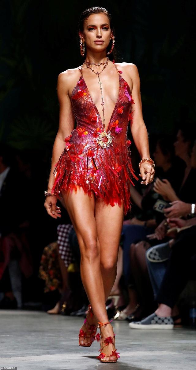 Irina Shayk quyến rũ với váy ngắn - 3