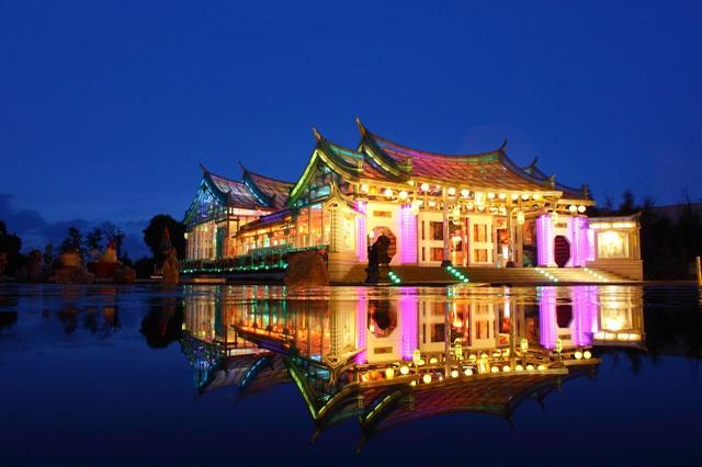 Ngôi đền làm bằng kính trong suốt, chịu được gió giật cấp 17 và động đất - 1