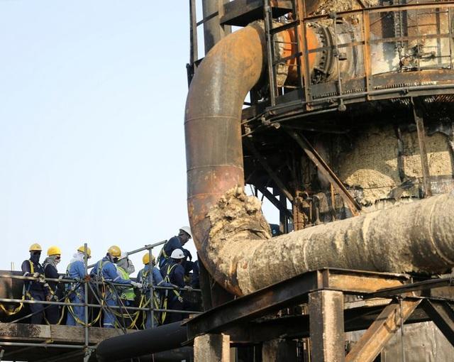 Nhà máy dầu Ả rập Xê út chi chít vết tích hỏa lực sau vụ tấn công chấn động - Ảnh minh hoạ 11