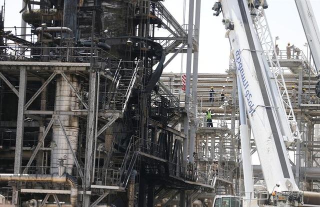 Nhà máy dầu Ả rập Xê út chi chít vết tích hỏa lực sau vụ tấn công chấn động - Ảnh minh hoạ 12
