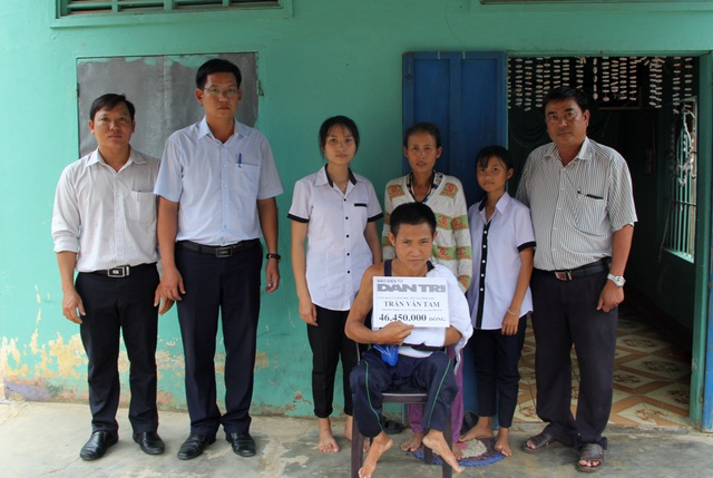 Người đàn ông bại liệt bán vé số nuôi cả nhà được bạn đọc giúp đỡ hơn 46 triệu đồng - 1