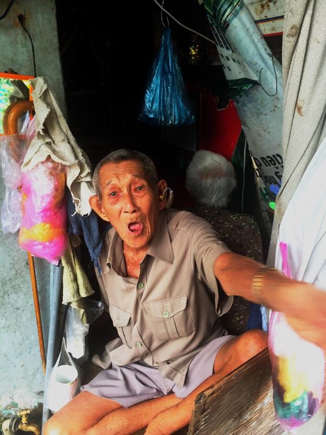 Tuổi 90, cựu nhân viên sân bay Tân Sơn Nhất sống cảnh eo hẹp trong căn nhà gần 2m2 - 1
