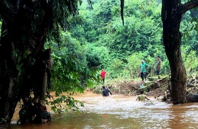 Tìm thấy bé trai 10 tuổi bị nước cuốn xuống cống, trôi cách nhà hơn 40km - 2
