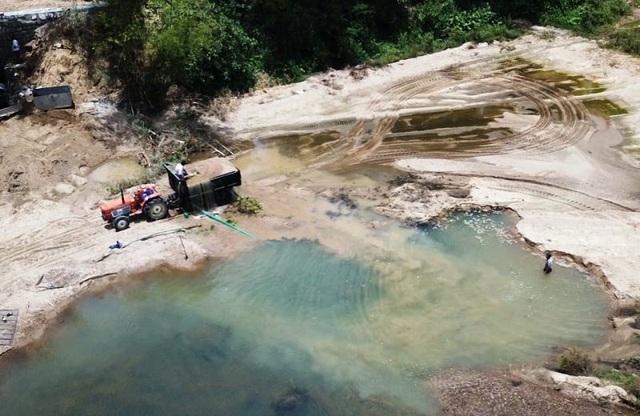 """Sông La Tinh bị """"rút ruột"""", địa phương nói kiểm tra không xuể! - 1"""