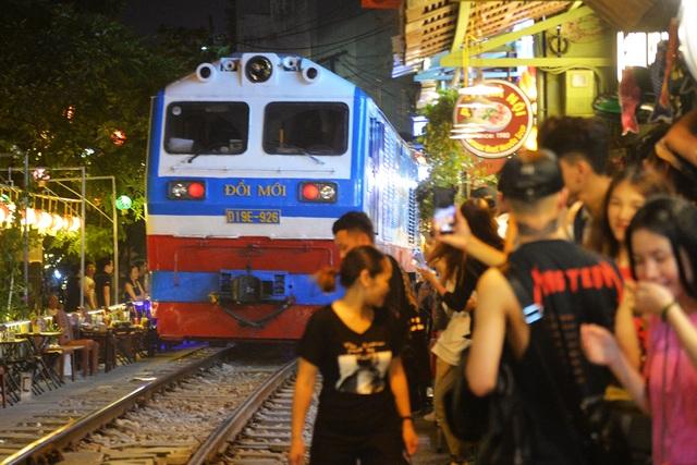 Xóm đường tàu phố cổ Hà Nội thành điểm chơi đêm nhộn nhịp - 6