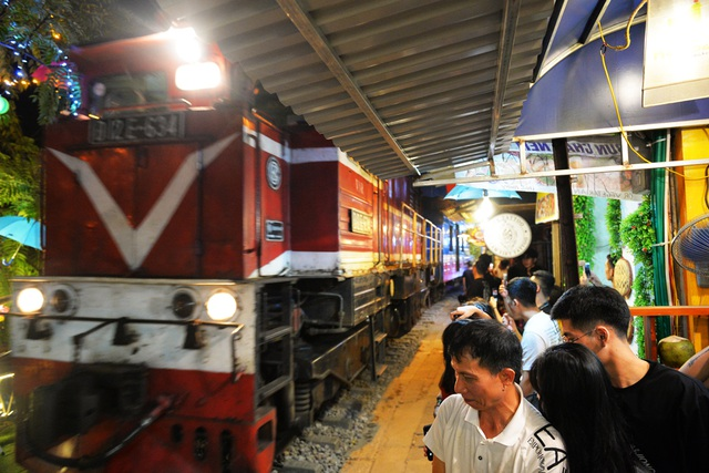 Xóm đường tàu phố cổ Hà Nội thành điểm chơi đêm nhộn nhịp - 4