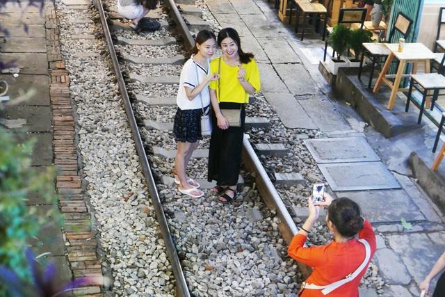 Xóm đường tàu phố cổ Hà Nội thành điểm chơi đêm nhộn nhịp - 9