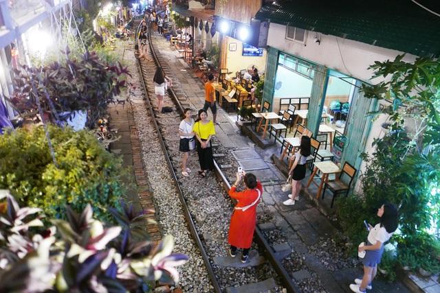 Xóm đường tàu phố cổ Hà Nội thành điểm chơi đêm nhộn nhịp - 2