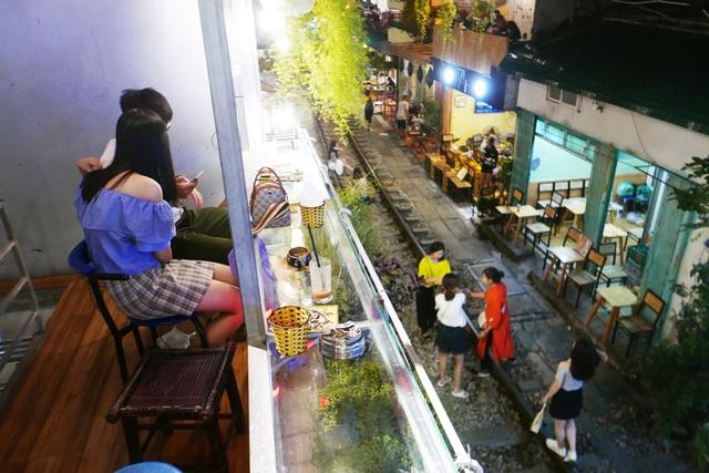 Xóm đường tàu phố cổ Hà Nội thành điểm chơi đêm nhộn nhịp - 13