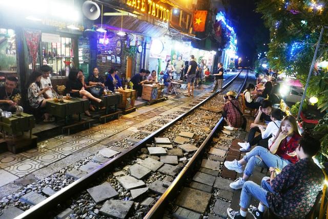 Xóm đường tàu phố cổ Hà Nội thành điểm chơi đêm nhộn nhịp - 1
