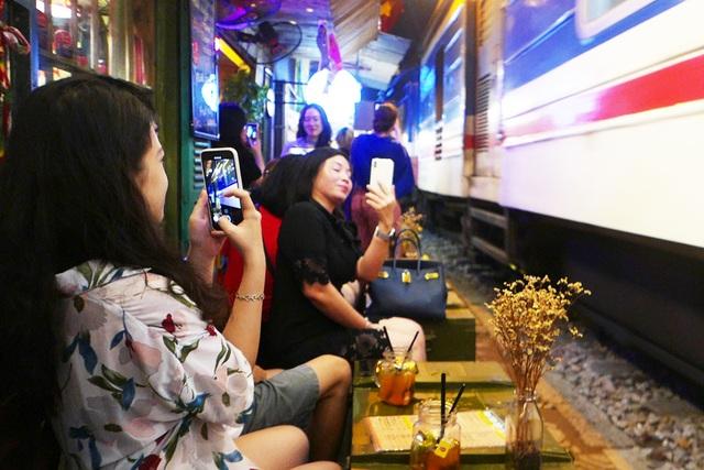 Xóm đường tàu phố cổ Hà Nội thành điểm chơi đêm nhộn nhịp - 5