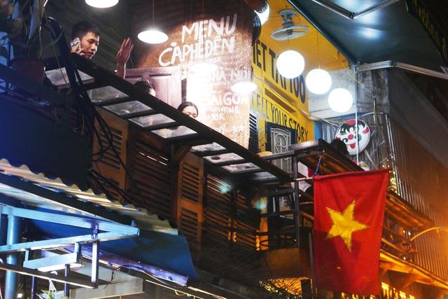 Xóm đường tàu phố cổ Hà Nội thành điểm chơi đêm nhộn nhịp - 11