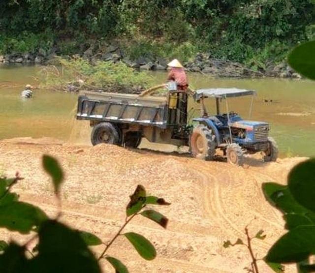 """Sông La Tinh bị """"rút ruột"""", địa phương nói kiểm tra không xuể! - 4"""