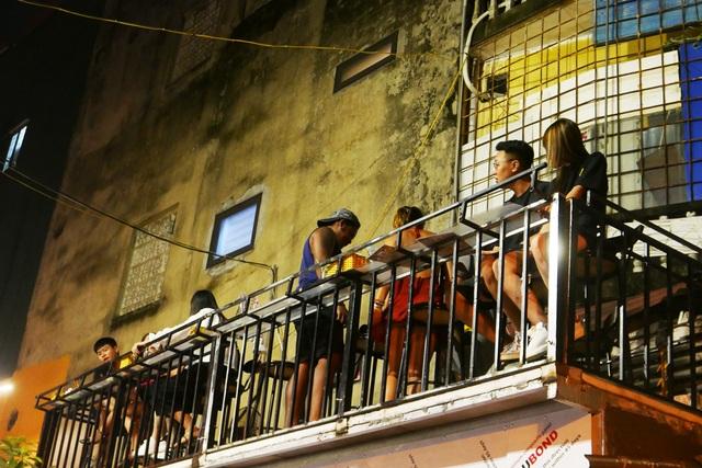 Xóm đường tàu phố cổ Hà Nội thành điểm chơi đêm nhộn nhịp - 12