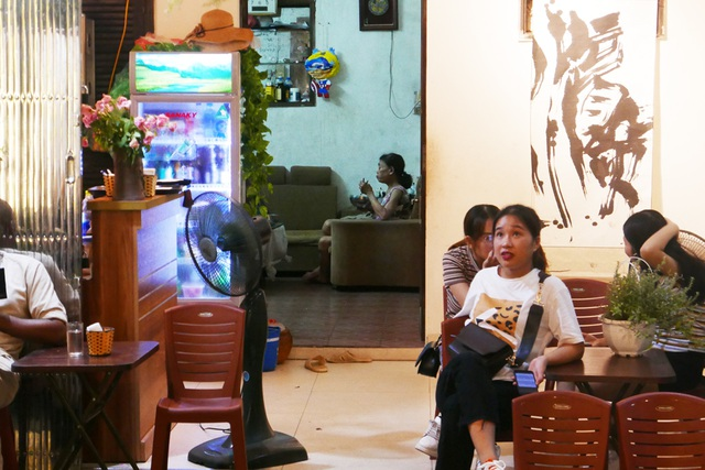 Xóm đường tàu phố cổ Hà Nội thành điểm chơi đêm nhộn nhịp - 10