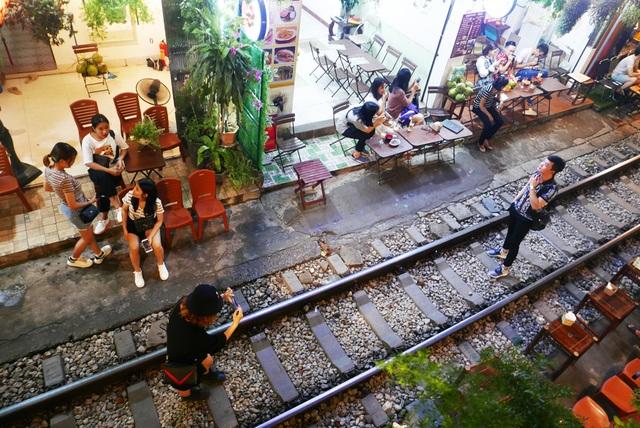 Xóm đường tàu phố cổ Hà Nội thành điểm chơi đêm nhộn nhịp - 3
