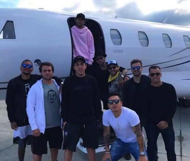 Choáng với cuộc sống sang chảnh, thác loạn của Neymar - 1
