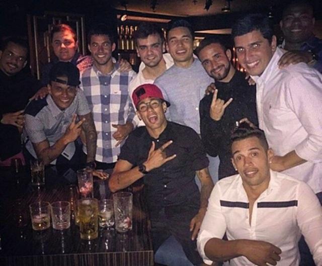 Choáng với cuộc sống sang chảnh, thác loạn của Neymar - 2