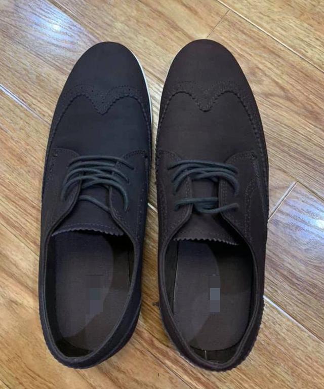 Du khách cười mếu vì sang Hong Kong... mua giày hai chiếc hai màu - 2