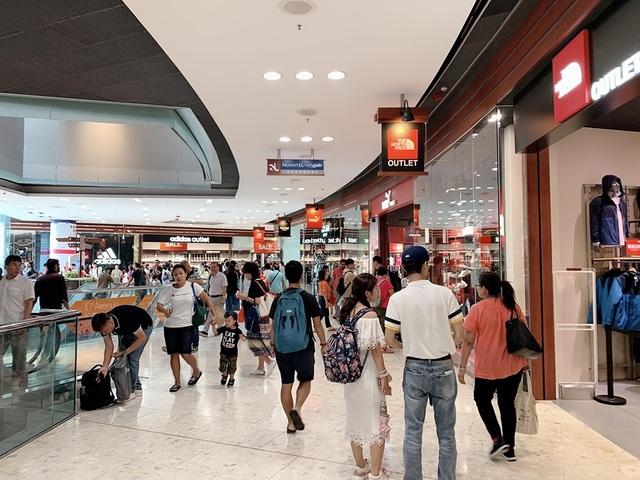 Du khách cười mếu vì sang Hong Kong... mua giày hai chiếc hai màu - 3