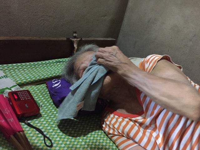 Mẹ già nằm liệt giường ước có đủ cơm cho đứa con mặt khờ - 2