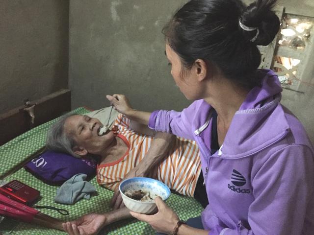 Mẹ già nằm liệt giường ước có đủ cơm cho đứa con mặt khờ - 4