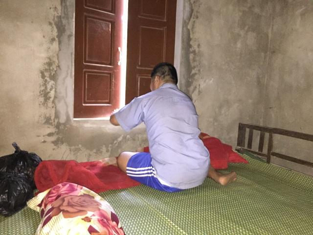 Mẹ già nằm liệt giường ước có đủ cơm cho đứa con mặt khờ - 3