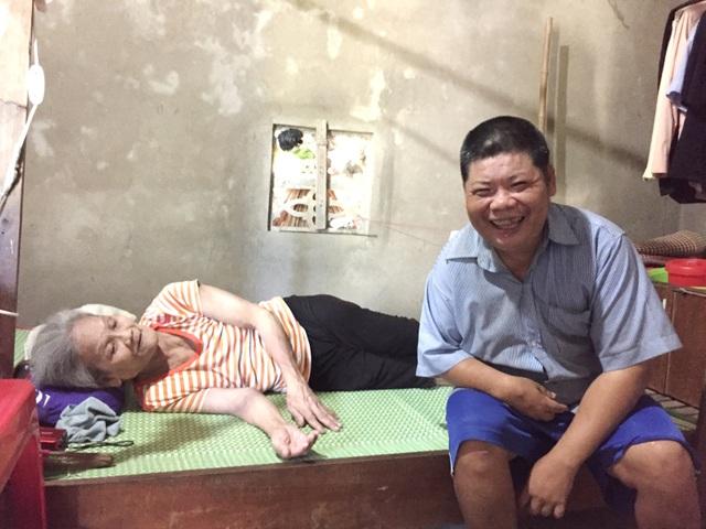 Mẹ già nằm liệt giường ước có đủ cơm cho đứa con mặt khờ - 1