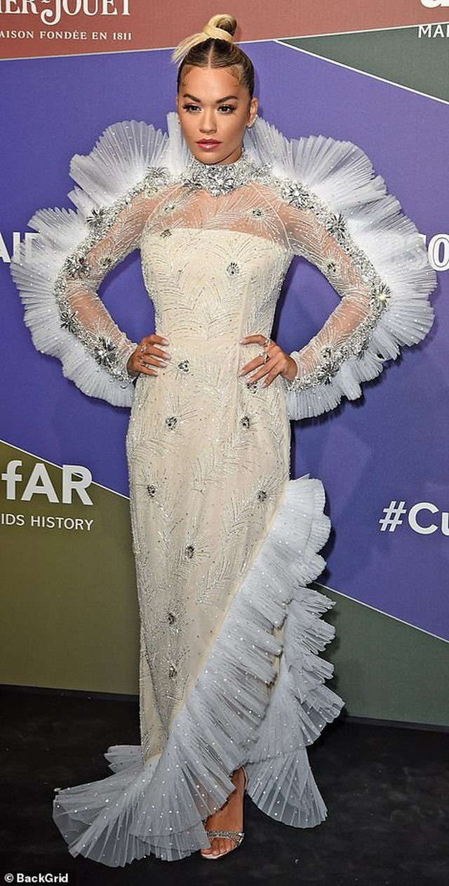 Rita Ora khoe eo săn chắc với váy đỏ rực - 4