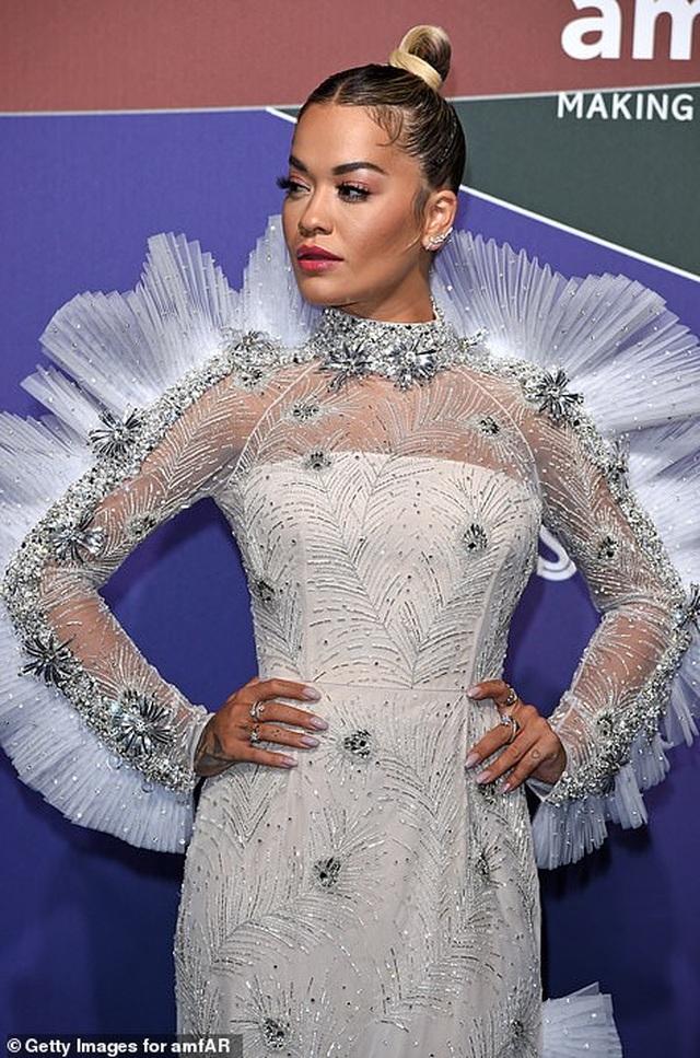 Rita Ora khoe eo săn chắc với váy đỏ rực - 6