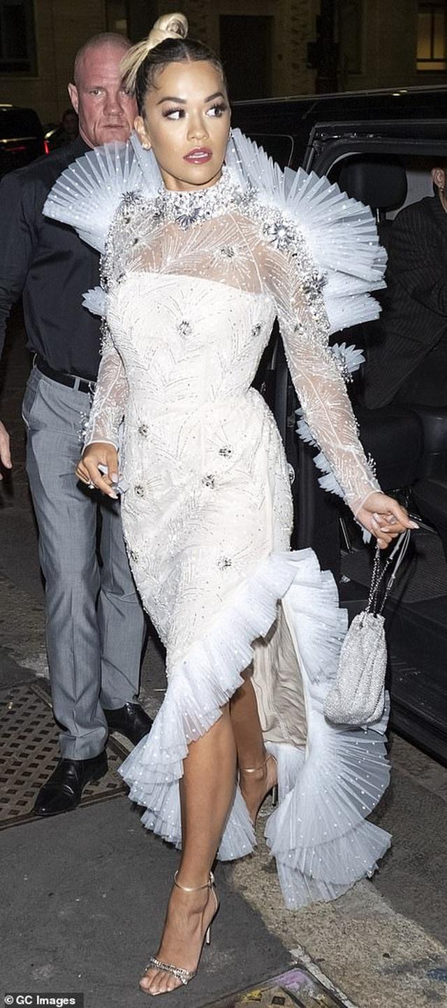 Rita Ora khoe eo săn chắc với váy đỏ rực - 9