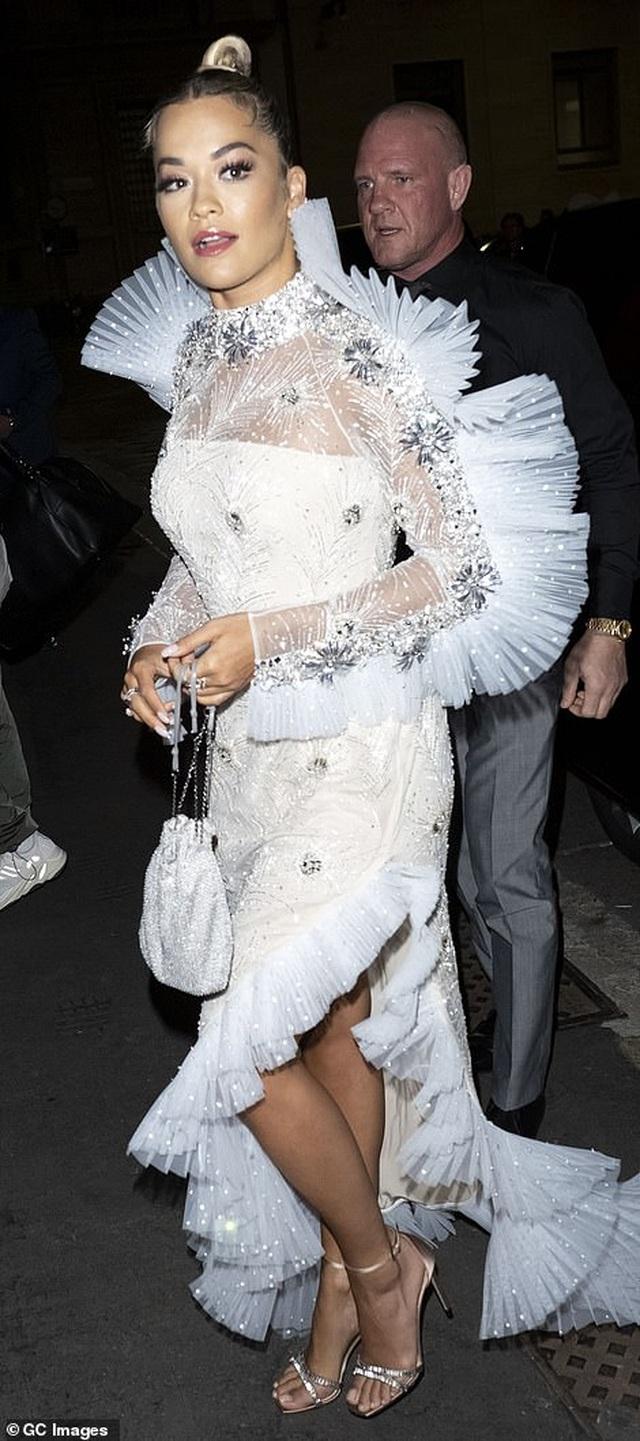 Rita Ora khoe eo săn chắc với váy đỏ rực - 10