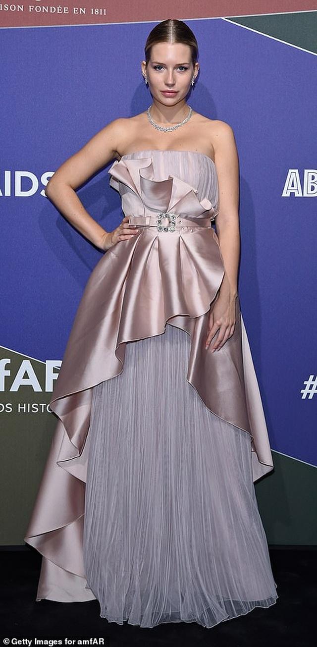 Rita Ora khoe eo săn chắc với váy đỏ rực - 17