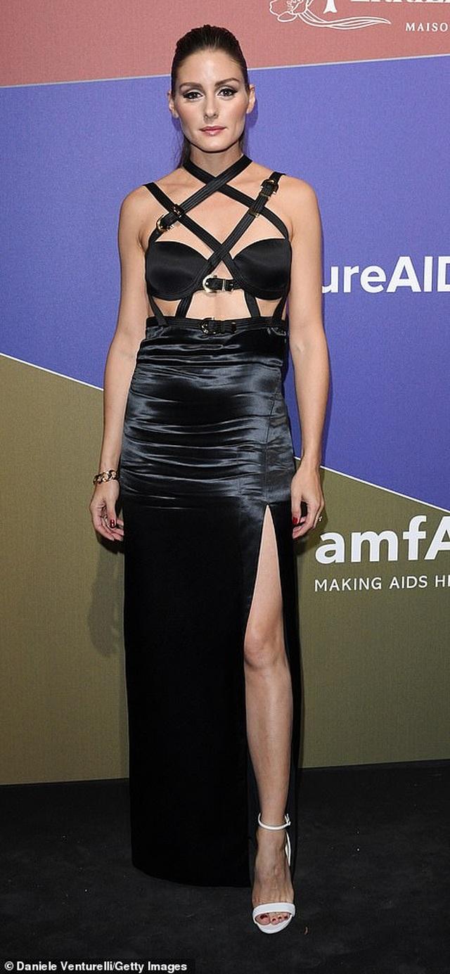 Rita Ora khoe eo săn chắc với váy đỏ rực - 20