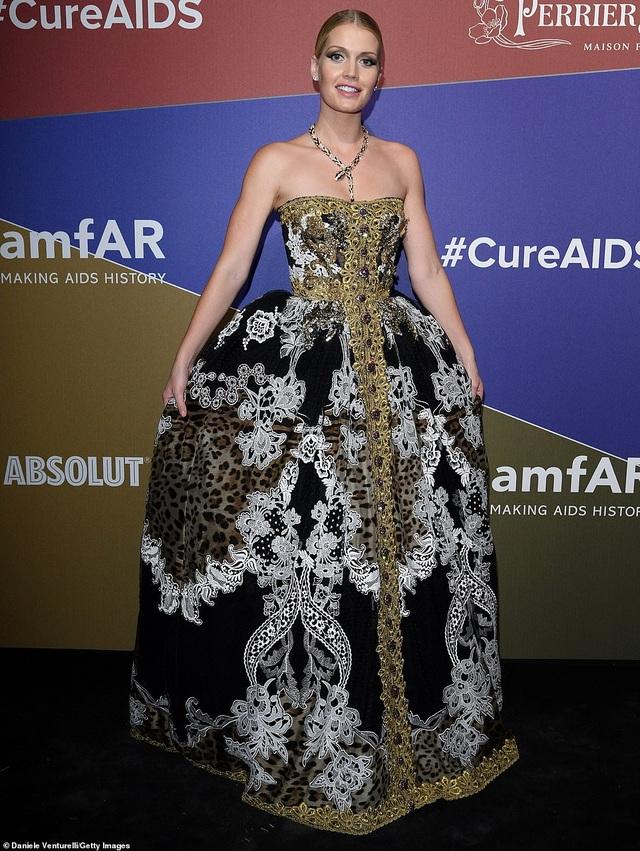 Rita Ora khoe eo săn chắc với váy đỏ rực - 22