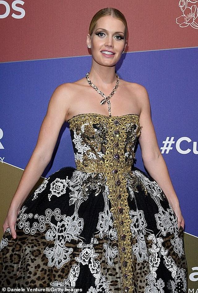 Rita Ora khoe eo săn chắc với váy đỏ rực - 24
