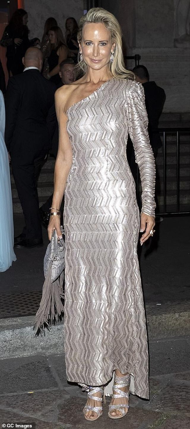 Rita Ora khoe eo săn chắc với váy đỏ rực - 27