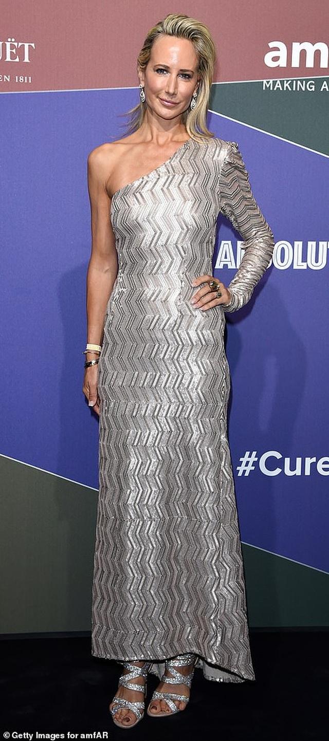 Rita Ora khoe eo săn chắc với váy đỏ rực - 26
