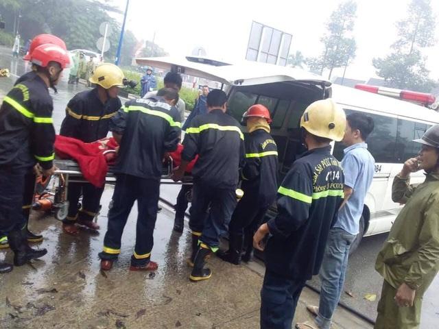 Giải cứu hàng chục người mắc kẹt trong xe khách gặp tai nạn - 2