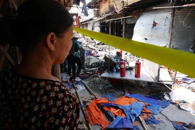 Hà Nội: Chợ Tó tan hoang sau hơn 30 phút hỏa hoạn - 15