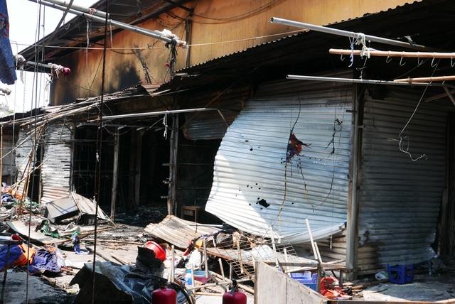Hà Nội: Chợ Tó tan hoang sau hơn 30 phút hỏa hoạn - 9